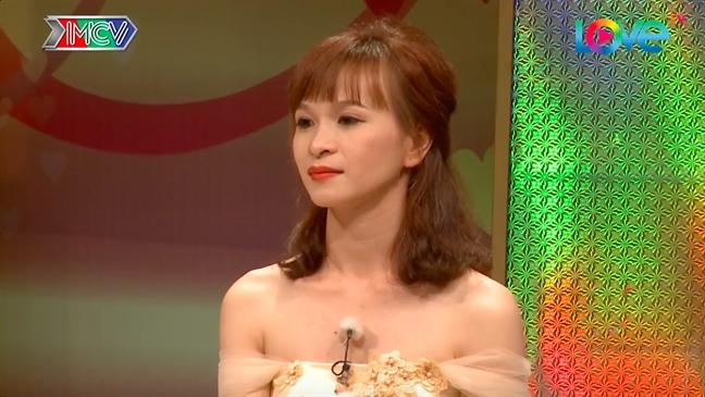 Nghe si Hong Van bay cach de cap vo chong tre thang hoa trong chuyen chan goi