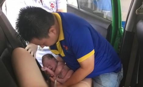 Đỡ đẻ cho vợ ngay trên xe taxi, người chồng trẻ được phong 'ông bố của năm'