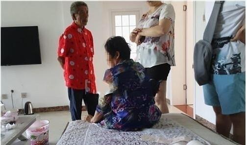Cai nhau voi me chong, nang dau nem con trai 4 thang tuoi xuong dat