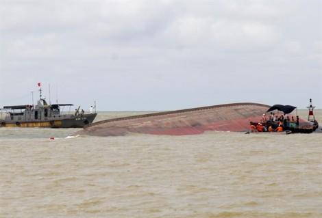 'Phá sản' kế hoạch trục vớt tàu chở 4.700 tấn than chìm trong bão