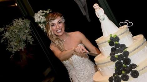 Cô gái bị chỉ trích vì kết hôn với... chính mình trong 'truyện cổ tích không có hoàng tử'