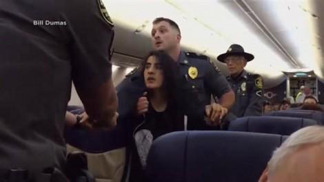 Nữ hành khách bị lôi kéo thô bạo khỏi máy bay vì dị ứng với chó