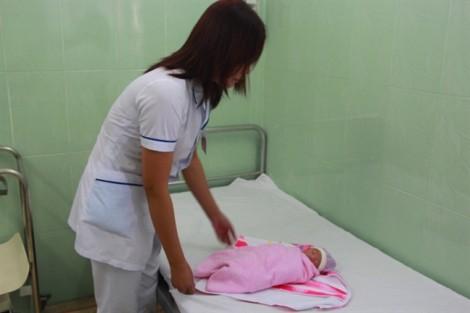 Bé gái sơ sinh còn nguyên dây rốn bị bỏ rơi dưới gầm cầu