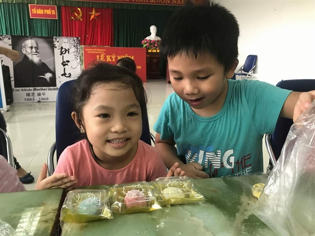 Phu huynh Ha Noi hao huc cho con tham du lop lam banh Trung thu
