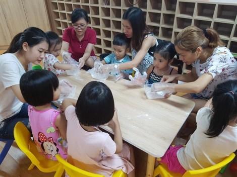 Phụ huynh Hà Nội háo hức cho con tham dự lớp làm bánh Trung thu