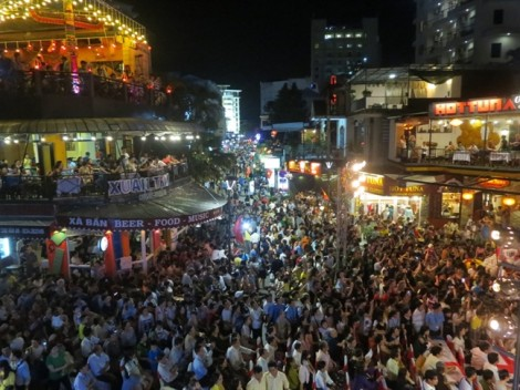 Người dân nườm nượp xuống phố đi bộ đầu tiên ở Huế