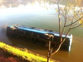 Xe khách mất lái lao xuống hồ Xuân Hương