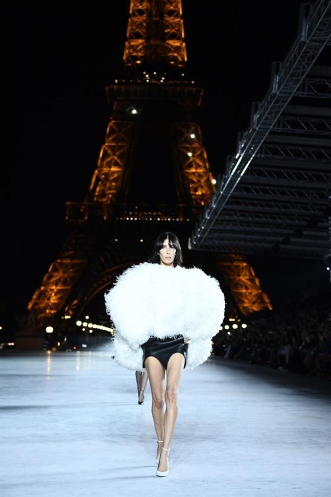 San dien thoi trang lung linh duoi chan thap Eiffel