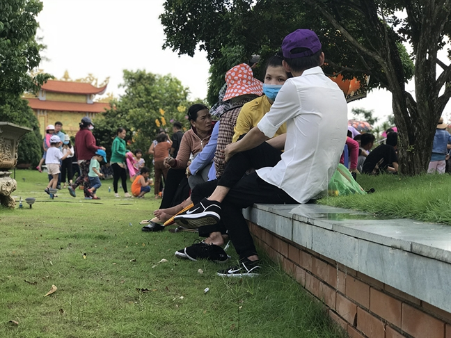 Nha tho to cua NSUT Hoai Linh: Nguoi di, tran lan rac o lai!