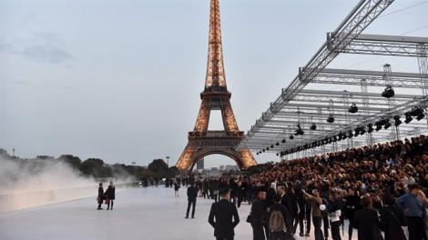 Sàn diễn thời trang lung linh dưới chân tháp Eiffel