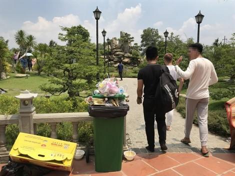 Nhà thờ tổ của NSƯT Hoài Linh: Người đi, tràn lan rác ở lại!