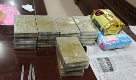 Dùng SH chở hàng chục bánh heroin, rút dao tấn công cảnh sát khi bị kiểm tra