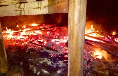 Lầy nhầm xăng đổ đèn dầu, hai mẹ con bị bỏng nặng