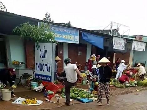 Cán bộ xã hung hãn đá bay đồ đạc của dân trong lúc đi dẹp chợ chiếm vỉa hè