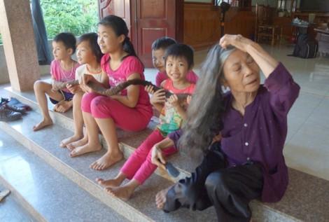Cụ bà ngoài 81 tuổi sở hữu mái tóc dài 3 mét, kết cứng lại với nhau