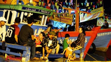 100.000 người tham gia lễ hội Nghinh Ông, nhà nghỉ tăng giá gấp 3 lần vẫn cháy phòng