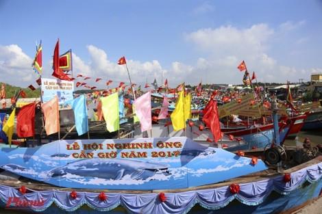 15 chiếc tàu trang hoàng cờ phướn đi Nghinh Ông trên biển Cần Giờ