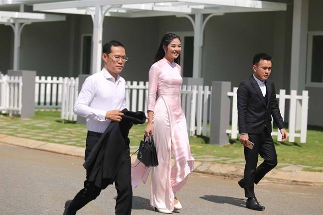 Hoa hau Dang Thu Thao dien ao dai do, dep ruc ro trong hon le