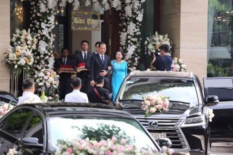 Hoa hậu Đặng Thu Thảo diện áo dài đỏ, đẹp rực rỡ trong hôn lễ