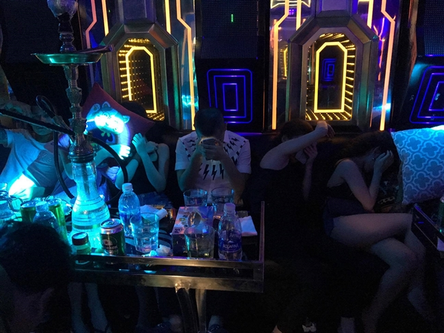 Tram dan choi Sai Gon 'dap da' xuyen dem trong quan bar