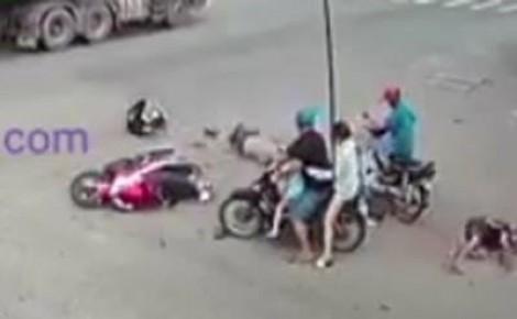 Clip: 'Quái xế' tạt đầu container, tông cực mạnh vào hai người đi xe máy