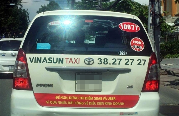 Tai xe Vinasun thao decal chi trich Uber, Grab