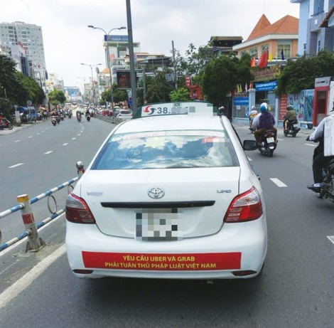 Vụ taxi mang băng rôn công kích đối thủ: Tài xế có thể bị xử lý về hành vi gây rối trật tự công cộng