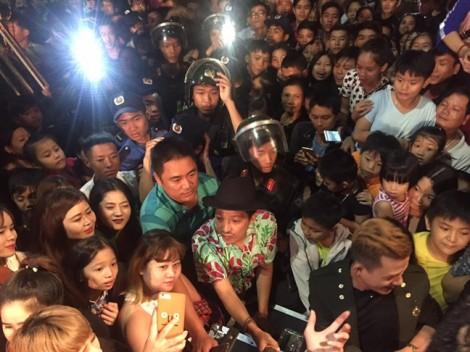 Khán giả trèo cây, vây kín xem Trường Giang biểu diễn tại Kon Tum