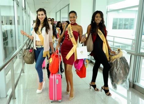 Mặc trời mưa bão, hàng nghìn người dân Quảng Bình vẫn ra sân bay, đón tiếp Hoa hậu, Á hậu các nước
