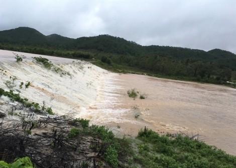 Hàng trăm người đội mưa cứu đập nước trước nguy cơ bị vỡ