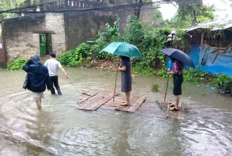 Nữ Chủ tịch phường mặc váy, đi bè trên phố kiểm tra ngập lụt gây 'bão mạng'