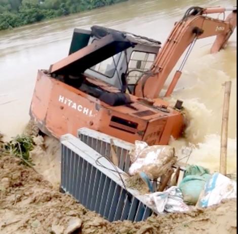 Lao cả máy xúc xuống sông để ngăn đê bị vỡ