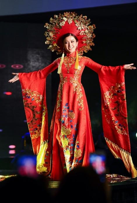 Những trang phục truyền thống cầu kì, độc đáo tại 'Hoa hậu Hoà bình Quốc tế 2017'