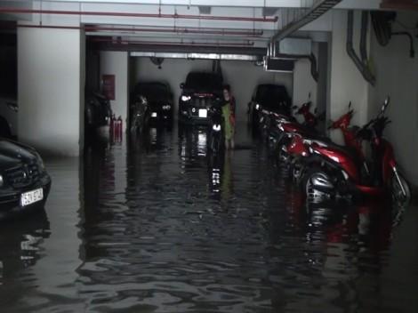 Trăm xe máy, ô tô chìm trong biển nước vì nước tràn vào tầng hầm chung cư