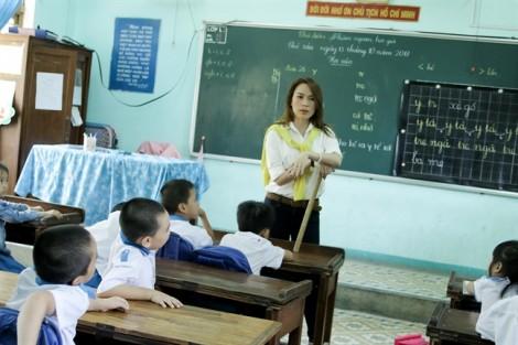Mỹ Tâm thực hiện ước mơ làm cô giáo trong chuyến từ thiện