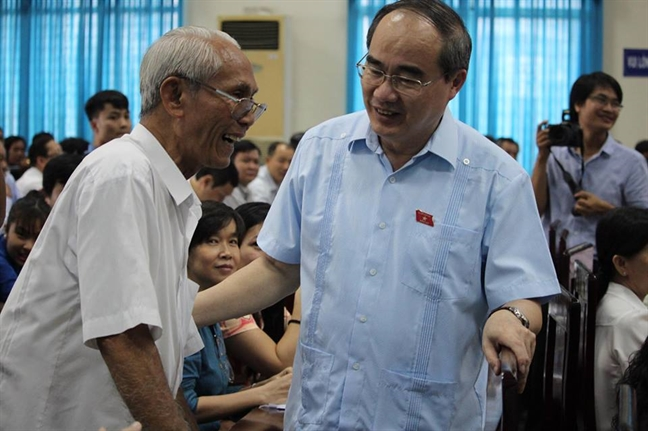 Bi thu Nguyen Thien Nhan hen gap lai cu tri vi vu heo bi tiem thuoc an than