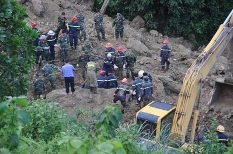 Mẹ ôm chặt hai con tử vong trong vụ lở núi khiến 18 người chết