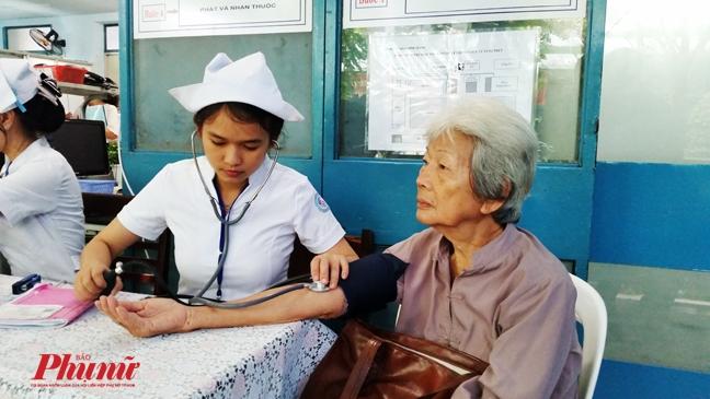 Kien Giang: Giao vien, cong chuc di kham benh phai lan tay vi… khong biet chu