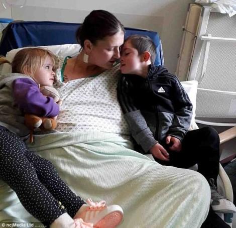 Nghẹn lòng với dòng tâm sự mẹ ung thư gửi gắm con bị Down