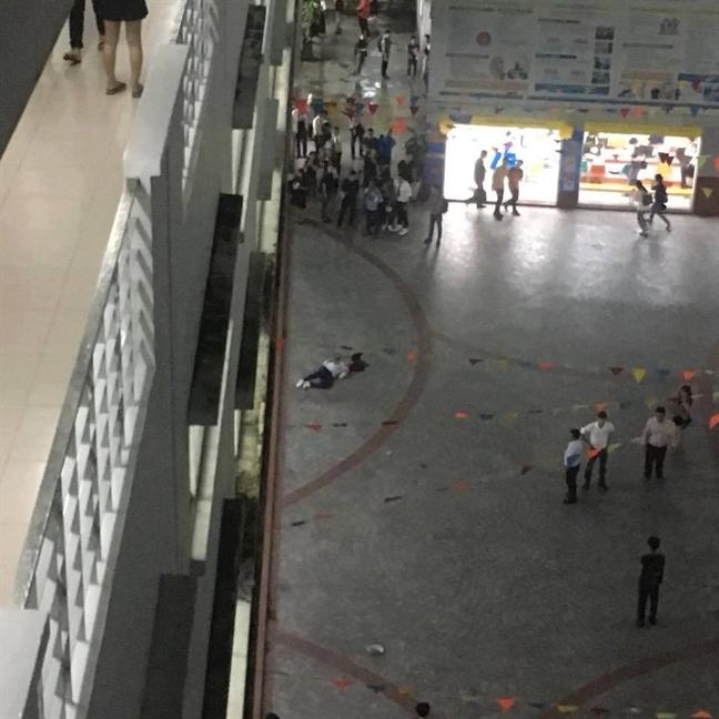 TPHCM: Nam sinh vien tu vong khi dang xep hang cho thang may