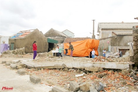 Lâm cảnh trắng tay, người dân căng lều sống tạm cạnh nhà đổ nát sau siêu bão
