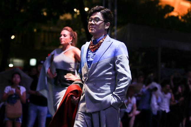 Khan gia doi mua xem NSUT Thanh Loc trinh dien thoi trang