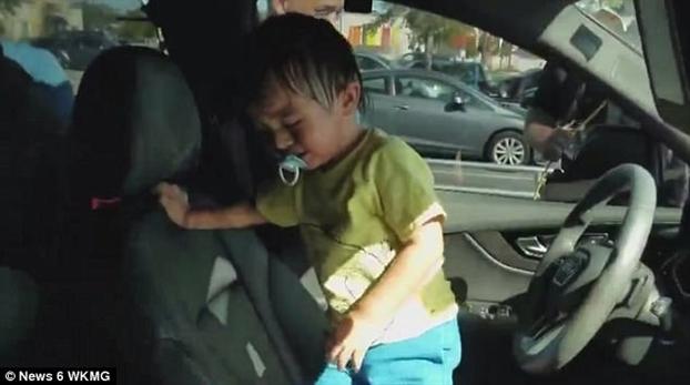 Man giai cuu kich tinh cuu be trai tu nhot minh trong xe hoi giua troi nong