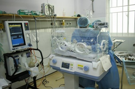 Sản phụ 22 tuổi mới đến cửa phòng sinh, em bé chui tọt ra ngoài