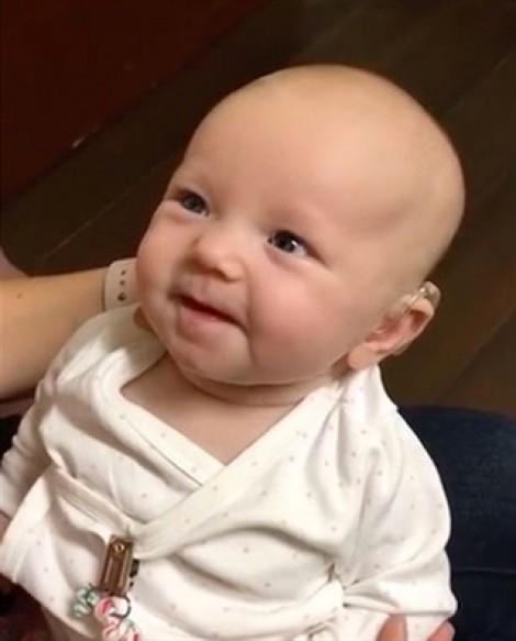 Bé 2 tháng tuổi khóc cười khi lần đầu nghe giọng nói của mẹ