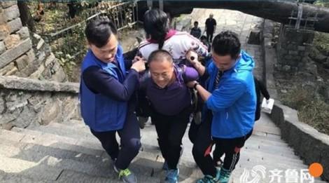 Cõng vợ lên đỉnh núi hơn 1.500 mét để hoàn thành ước nguyện