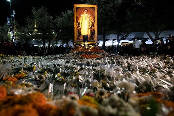 Nguoi dan Thai Lan trang dem doi mua cho tham du le tang Hoang gia