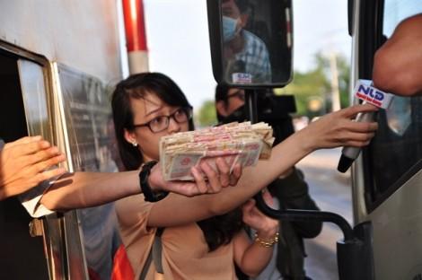 CSGT mời tài xế lên 'khuyên' không nên trả tiền lẻ qua trạm BOT đường tránh Biên Hòa