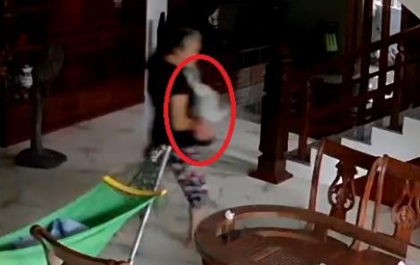Bé trai 5 tháng tuổi bị giúp việc dốc ngược khi ở nhà một mình