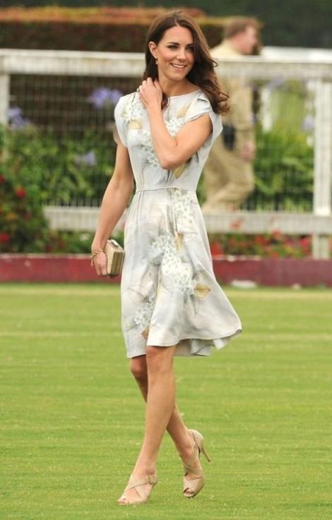 Mặc váy hoa đẹp như công nương nước Anh